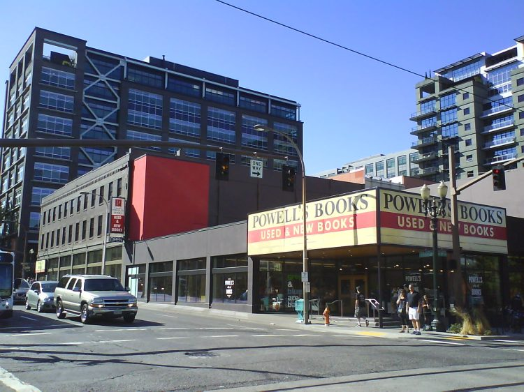 DSC13614 Borders - Powell's 1005 Burnside Street Portland OR