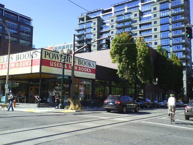 DSC13615 Borders - Powell's 1005 Burnside Street Portland OR